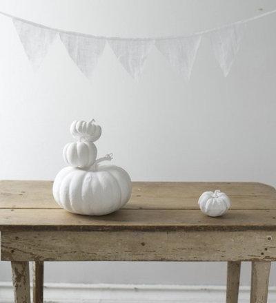 エクレクティック  Simple Painted White Pumpkin and farm table