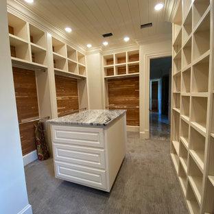 Exempel på ett stort modernt walk-in-closet för könsneutrala, med vita skåp, heltäckningsmatta, grått golv och luckor med upphöjd panel