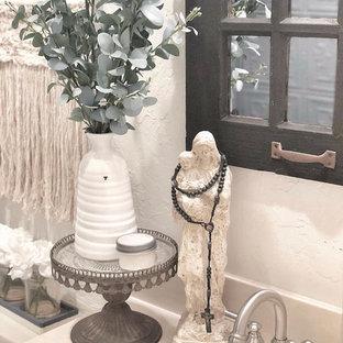 Diseño de cuarto de baño con ducha, de estilo de casa de campo, pequeño, con puertas de armario blancas, sanitario de una pieza, baldosas y/o azulejos azules, baldosas y/o azulejos de metal, paredes blancas, suelo de madera pintada, lavabo encastrado, encimera de terrazo y suelo blanco