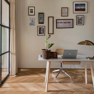 Создайте стильный интерьер: рабочее место в современном стиле с белыми стенами, паркетным полом среднего тона, отдельно стоящим рабочим столом и коричневым полом - последний тренд