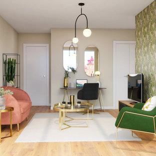 Esempio di un piccolo soggiorno classico chiuso con pareti beige, parquet chiaro, nessun camino, TV autoportante e pavimento marrone