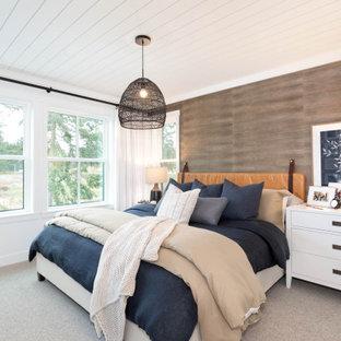 Esempio di una grande camera matrimoniale stile marinaro con pareti marroni, moquette, pavimento grigio, soffitto in perlinato e pareti in legno