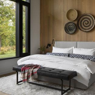 Idéer för att renovera ett stort rustikt sovrum, med brunt golv