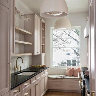 ニューヨークの小さいトランジショナルスタイルのおしゃれなキッチン (オープンシェルフ、ピンクのキャビネット、ソープストーンカウンター、白いキッチンパネル、セラミックタイルのキッチンパネル、黒いキッチンカウンター) の写真