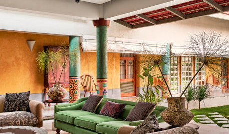 Hosur Houzz: A Grand Home With a Tropical-Style Courtyard