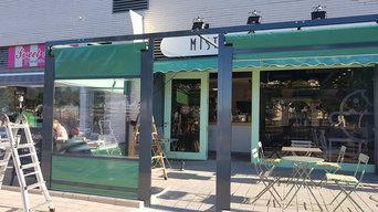 Cerramiento y puerta de aluminio de seguridad para la cafetería Míster Galleta
