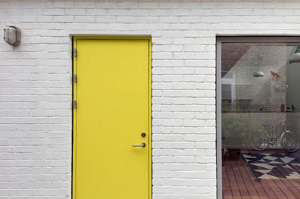 Contemporary Entrance by ARCHEA Ltd
