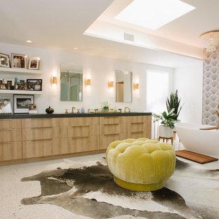 Esempio di un'ampia stanza da bagno padronale moderna con ante lisce, ante in legno scuro, vasca freestanding, piastrelle multicolore, piastrelle a mosaico, pareti bianche, pavimento alla veneziana, lavabo sottopiano, top in granito, pavimento bianco e top nero