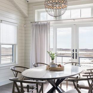Ispirazione per una sala da pranzo aperta verso il soggiorno stile marinaro con pareti bianche, pavimento in legno massello medio, nessun camino, pavimento marrone, soffitto in perlinato, soffitto a volta e pareti in perlinato