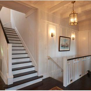 Idéer för att renovera en mellanstor vintage u-trappa i trä, med sättsteg i målat trä och räcke i trä