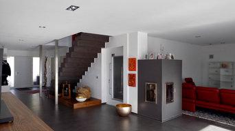 Zweifamilienhaus mit Hallenbad und Garagen