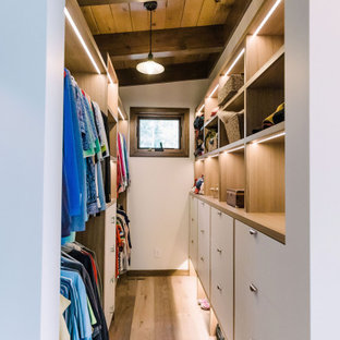 Idéer för ett stort walk-in-closet, med släta luckor, vita skåp, mellanmörkt trägolv och brunt golv