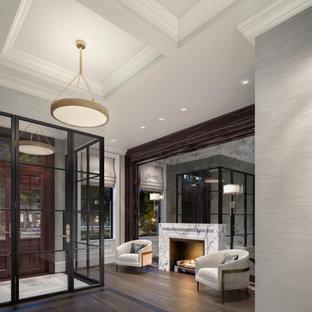 Cette image montre un grand hall d'entrée design avec un mur gris, un sol en bois foncé, une porte double, une porte en bois foncé, un plafond à caissons et du papier peint.