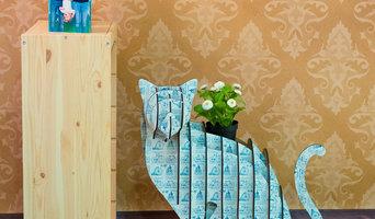 Gato de madera y papel pintado