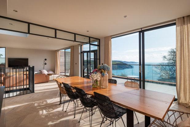 Beach Style  by van Ellen + Sheryn Architects