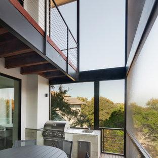 Ispirazione per un portico moderno di medie dimensioni e dietro casa con un portico chiuso, pedane, un tetto a sbalzo e parapetto in cavi