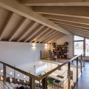 Exempel på en modern hall, med vita väggar, ljust trägolv och beiget golv
