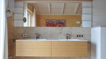 Edles Badezimmer mit zwei Waschbecken aus einem Guss