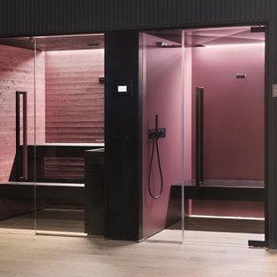 Inspiration för stora moderna bastur, med våtrum, röd kakel, lila väggar och dusch med gångjärnsdörr