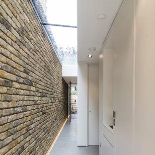 Exempel på en stor modern hall, med kalkstensgolv och grått golv