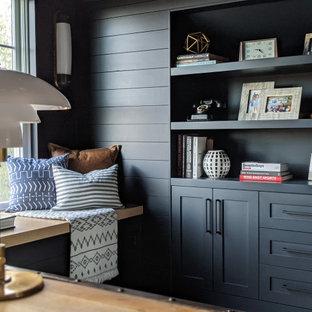 Inredning av ett klassiskt arbetsrum, med blå väggar, ljust trägolv, ett fristående skrivbord och beiget golv