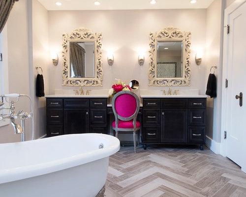 Salle de bain romantique avec un placard porte affleurante photos et id es d co de salles de - Carrelage salle de bain romantique ...