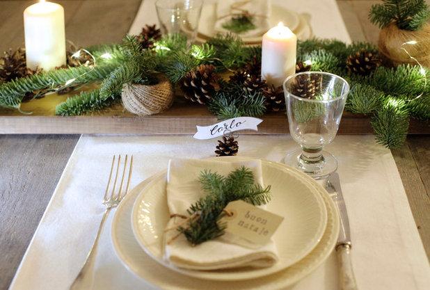 Decorazione rustica per la tavola di natale con pigne e for Decorazioni da tavolo natalizie