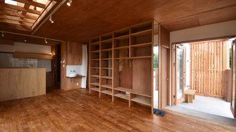 屋外吹抜ポーチと可動木製目隠しルーバーの家