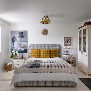 他の地域の小さい北欧スタイルのおしゃれな主寝室 (白い壁、塗装フローリング、標準型暖炉、タイルの暖炉まわり、白い床、格子天井、羽目板の壁) のレイアウト