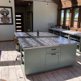 オースティンの広いサンタフェスタイルのおしゃれなクラフトルーム (磁器タイルの床、板張り天井) の写真