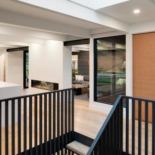 Mid-Century Holztreppe mit offenen Setzstufen, Mix-Geländer und Holzwänden in Minneapolis