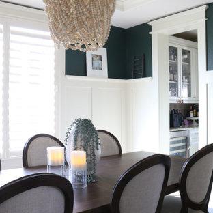 Идея дизайна: отдельная столовая среднего размера в стиле кантри с белыми стенами, паркетным полом среднего тона, коричневым полом, потолком из вагонки и панелями на части стены