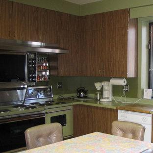 モントリオールの小さいエクレクティックスタイルのおしゃれなキッチン (シングルシンク、フラットパネル扉のキャビネット、ヴィンテージ仕上げキャビネット、ラミネートカウンター、緑のキッチンパネル、カラー調理設備、クッションフロア、アイランドなし、茶色い床、緑のキッチンカウンター) の写真