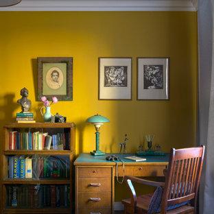 Свежая идея для дизайна: хозяйская спальня среднего размера в стиле фьюжн с желтыми стенами, паркетным полом среднего тона, коричневым полом, балками на потолке, обоями на стенах и рабочим местом - отличное фото интерьера