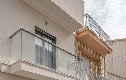 Una nueva escalera y mucha luz transforman una casa de pueblo
