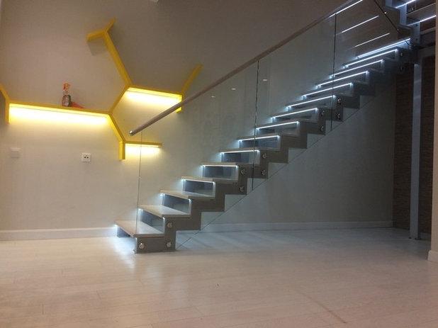 Современный  Лестница с светодиодной подсветкой ступеней и ограждение со стеклом