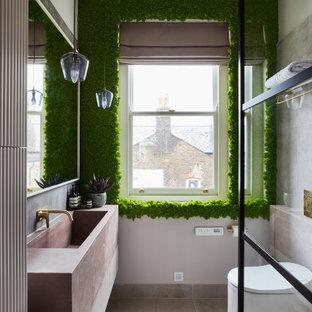 На фото: главная ванная комната среднего размера в стиле лофт с фасадами с филенкой типа жалюзи, белыми фасадами, открытым душем, унитазом-моноблоком, серой плиткой, керамической плиткой, зелеными стенами, полом из керамической плитки, раковиной с несколькими смесителями, столешницей из бетона, серым полом, розовой столешницей, тумбой под одну раковину и подвесной тумбой