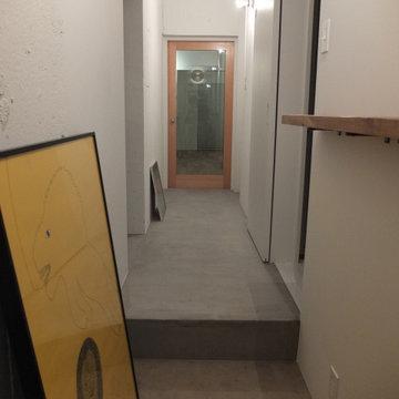 モルタルと白の廊下