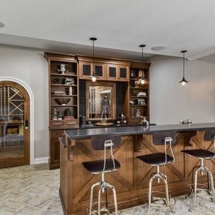 シカゴの広いトラディショナルスタイルのおしゃれなウェット バー (L型、アンダーカウンターシンク、落し込みパネル扉のキャビネット、中間色木目調キャビネット、珪岩カウンター、グレーのキッチンパネル、セラミックタイルのキッチンパネル、レンガの床、茶色い床、グレーのキッチンカウンター) の写真