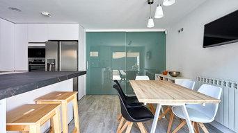 Cocina y escalera de cristal en vivienda unifamiliar