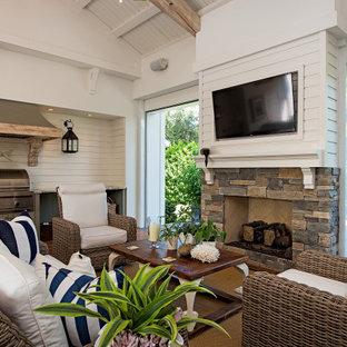 Ispirazione per un patio o portico stile marino con un tetto a sbalzo