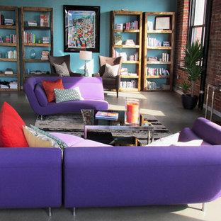Aménagement d'un grand salon contemporain avec un mur bleu, béton au sol et un téléviseur indépendant.
