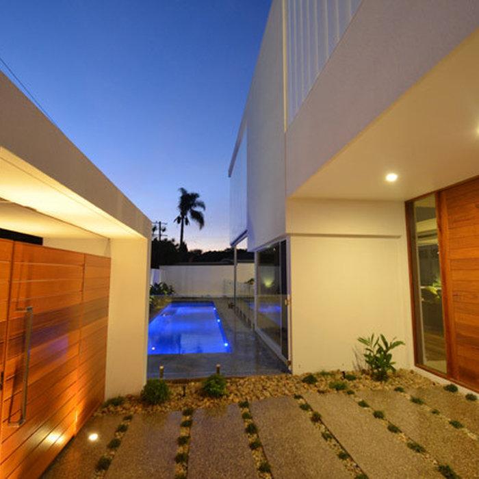 Trendy double front door photo in Gold Coast - Tweed with a medium wood front door