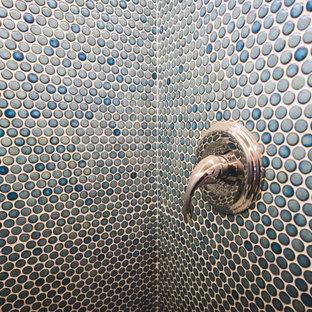 Idée de décoration pour une petit salle de bain principale design avec un placard à porte plane, des portes de placard blanches, une baignoire posée, un combiné douche/baignoire, un WC à poser, un carrelage bleu, des carreaux de céramique, un mur bleu, un sol en carrelage de céramique, une vasque, un plan de toilette en carrelage, un sol turquoise, une cabine de douche avec un rideau, un plan de toilette turquoise, buanderie, meuble simple vasque, meuble-lavabo encastré et boiseries.
