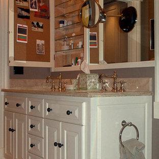 Foto di una grande stanza da bagno padronale vittoriana con ante con bugna sagomata, ante bianche, pareti grigie, pavimento con piastrelle in ceramica, lavabo sottopiano, top in granito, pavimento beige e top beige