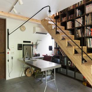 他の地域の中くらいの片開きドアインダストリアルスタイルのおしゃれな玄関ホール (白い壁、コンクリートの床、金属製ドア、グレーの床、板張り天井、板張り壁) の写真