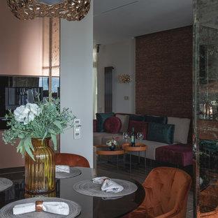 Immagine di un piccolo soggiorno minimal aperto con pareti marroni, parquet scuro, TV a parete, pavimento grigio, soffitto in carta da parati e carta da parati
