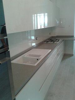 10 idee per abbinare cucina in legno e paraschizzi for Pannelli per cucine al posto delle piastrelle