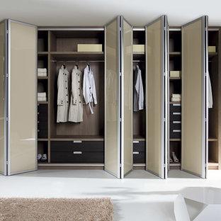 Idée de décoration pour un dressing room bohème neutre et de taille moyenne avec un placard à porte plane et des portes de placard beiges.