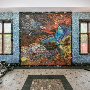 シアトルの巨大なシャビーシック調のおしゃれな多目的ジム (青い壁、大理石の床、マルチカラーの床) の写真